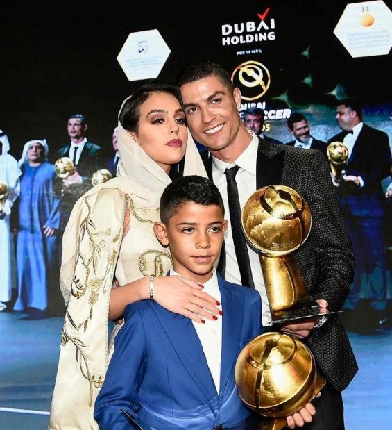 Роналдо со Џорџина и синот
