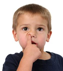 Дете си го чепка носот